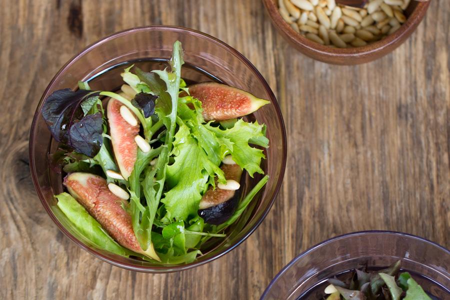 veggie rezept frische feigen salat mit ger steten pinienkernen und omega l jedes essen z hlt. Black Bedroom Furniture Sets. Home Design Ideas