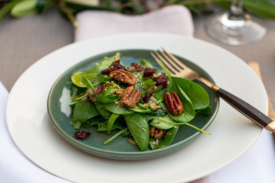 veggie rezept kandierte pekann sse und cranberries auf frischem spinatsalat mit ger stetem. Black Bedroom Furniture Sets. Home Design Ideas